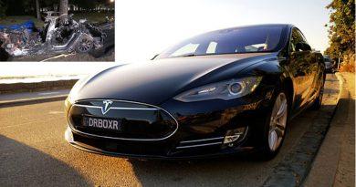 Mașina Tesla implicată în accident